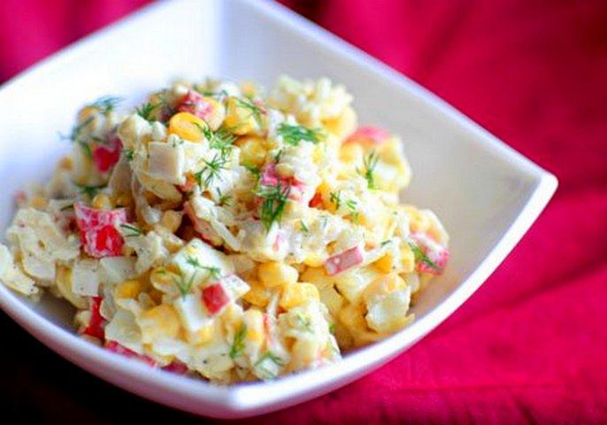 Салат из крабовых палочек с кукурузой и яблоками